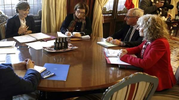 La ministra Isabel García Tejerina, con la vicepresidenta de Cantabria