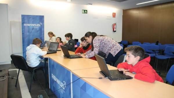 Un grupo de niños en el taller de robótica de Rabanales 21