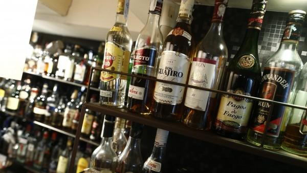 Licores y bebidas alcohólicas en un bar