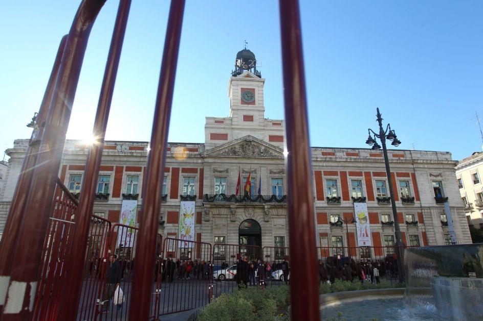 Foto la puerta del sol vallada aumenta la seguridad en for Puerta del sol hoy en directo
