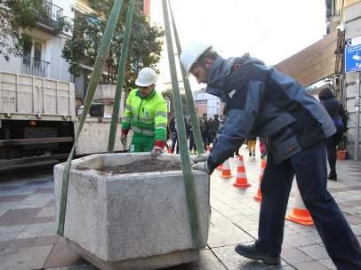 El Ayuntamiento de Madrid coloca maceteros, bolardos, coches pesados u otros obstáculos en las calles para evitar atentados