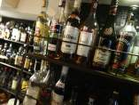 Varias botellas de diferentes bebidas alcohólicas.