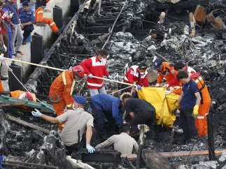 Incendio de una embarcación en Indonesia