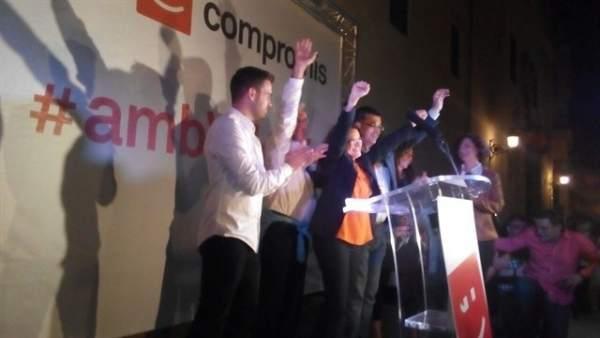 Dirigentes de Compromís celebrando los resultados del 24M