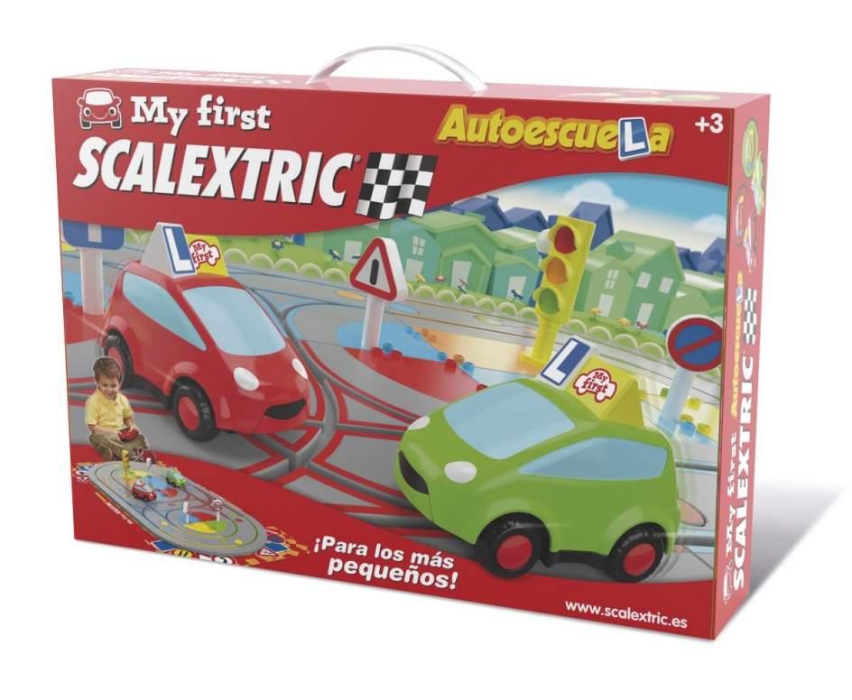 'My first Scalextric'. Los clásicos nunca pasan de moda. Los Scalextric se han convertido en una pasión para mucha gente, con carreras y campeonatos por distintos puntos de la geografía entre aquellos amantes de la materia. Pero, como antes de empezar a correr conviene aprender a andar, la compañía también oferta 'My first Scalextric', un juego para niños de a partir de 3 años en el que pueden aprender, con dos coches controlados por radio control, las señales básicas y las normas de circulación. Las señales son intercambiables, los mandos son ergonómicos y tanto aprendizaje como diversión están garantizados.