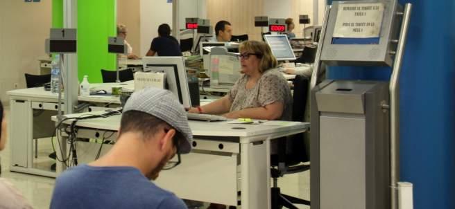 Varias personas en la oficina de la calle Sepúlveda del Servicio de Ocupación de Cataluña.