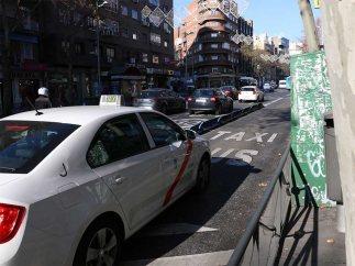 Un taxi circula por una calle de Madrid