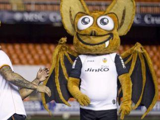 El murciélago, la mascota del Valencia