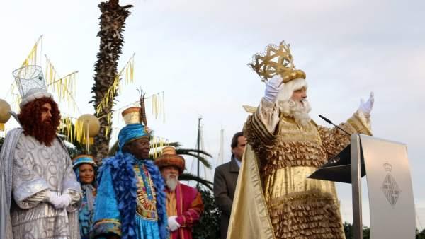 El rey Melchor se dirige a los niños junto a los otros dos Reyes Magos y la alcaldesa de Barcelona, Ada Colau, que les ha entregado las llaves de la ciudad.
