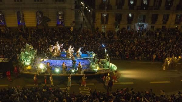 Cientos de miles de personas están recibiendo en el centro de Barcelona a los Reyes Magos de Oriente.
