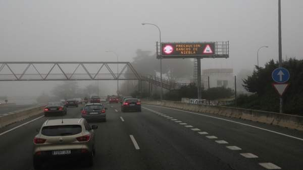 Niebla en la carretera en Madrid, carreteras, tráfico, coches, vehículos