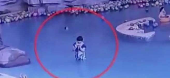 Un niño se ahoga en una piscina