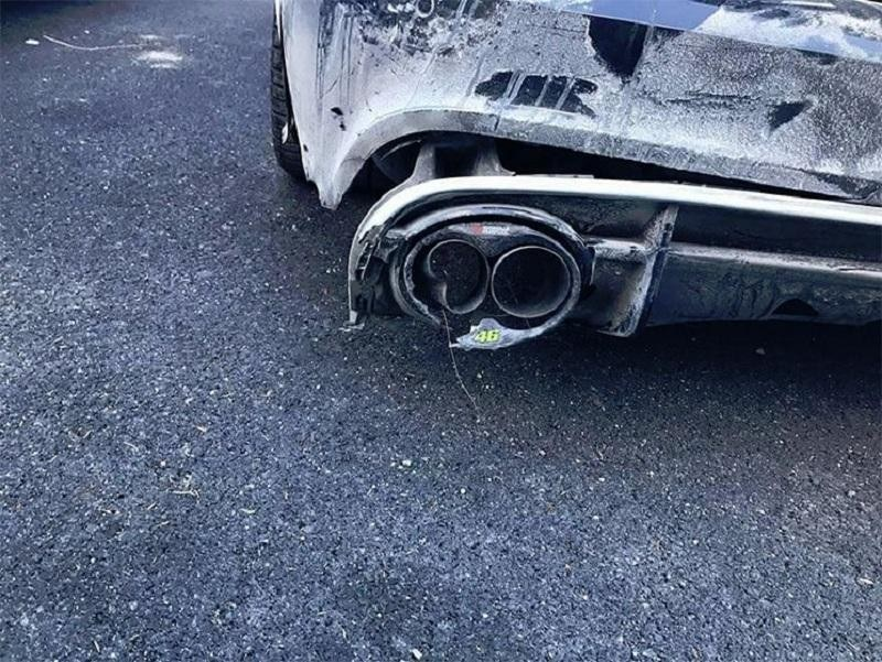 Detalle de uno de los golpes que sufrió el Audi RS6 de Rossi.