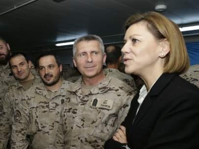 Cospedal, durante su visita a la base militar Gran Capital, en Irak
