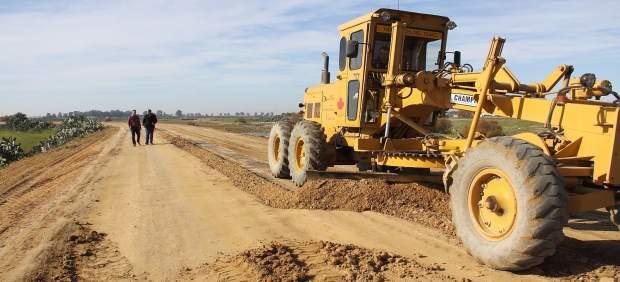 Continúa El Arreglo De Caminos Rurales En Los Palacios Y Villafranca Con Cargo A