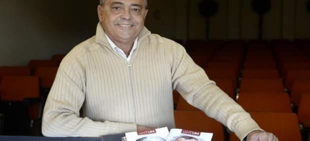 El autor, Pascual Vera, posa con los ejemplares