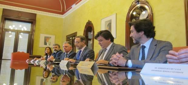 El consejero de Fomento, Felipe López, y el alcalde de Huelva, Gabriel Cruz.