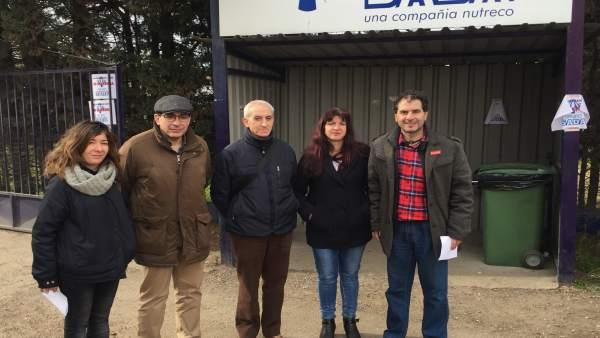 Representantes sindicales en las instalaciones de Grupo Sada que se van a cerrar