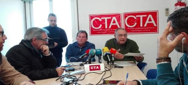Parra y Moro (al fondo) durante la rueda de prensa
