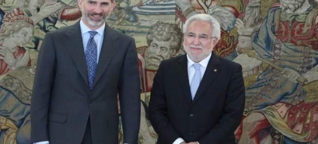 El rey Felipe VI con el presidente del Parlamento gallego, Miguel Santalices
