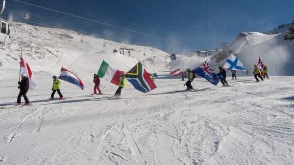 Esquiadores con banderas en Sierra Nevada