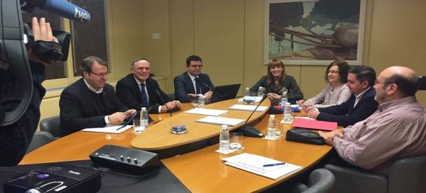Mesa del Parlamento de La Rioja con Domínguez  exponiendo presupuestos