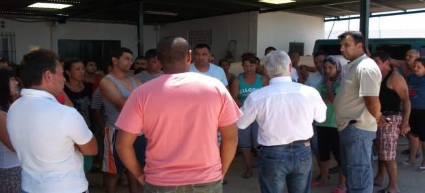 Miembros de la Fitag se reúnen con temporeros en la finca de Cartaya (Huelva).