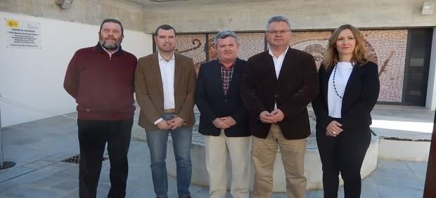 Ruiz (centro) con el alcalde (dcha.), los parlamentarios y el senador