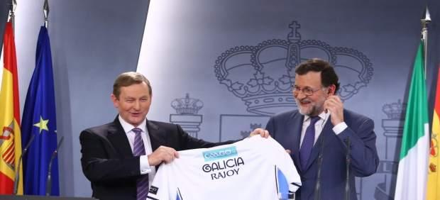 Regalo a Rajoy una camiseta de la selección gallega de fútbol gaélico