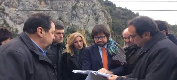 J.Rull, a la derecha, observa los planos de las obras