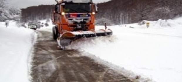 Una máquina quitanieves limpia una carretera.