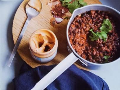 Sopa de frijoles negros y cacahuetes