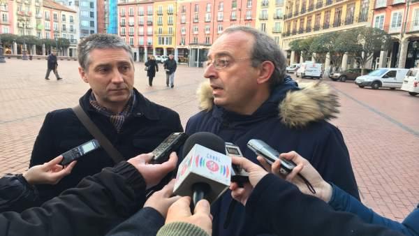 El representante del PCAS Luis Marcos atiende a los medios de comunicación