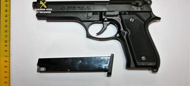 Arma simulada intervenida a dos detenidos por agresión y amenazas en Tarifa