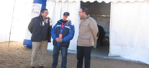 Alonso Monge (d) y Ablerto Collantes (i), junto a un miembre de la organización