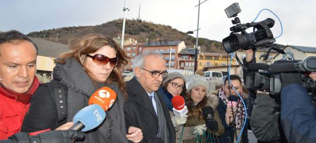 La madre de Nadia y su abogado Alberto Martín llegan al juzgado