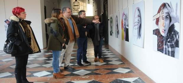 Guijarro (centro) visita la muestra