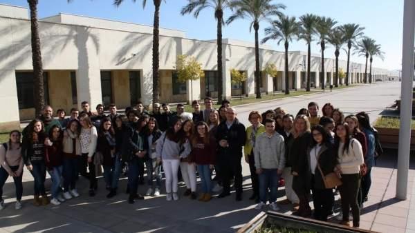 Carmona (centro), junto a los alumnos que ha visitado el parque