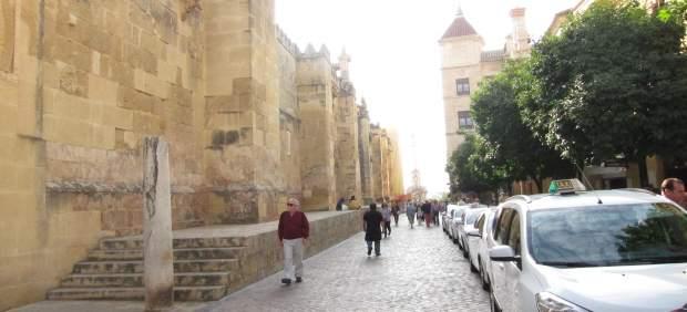 El Palacio Episcopal (fondo, dcha.) frente a la Mezquita-Catedral