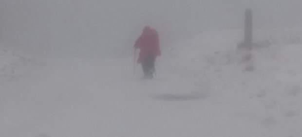 Peregrina caminando en la nive en Roncesvalles