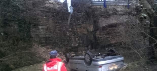 Accidente de coche que ha caido al río Leziza en Torrano