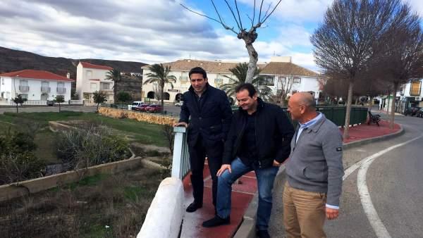 El diputado Óscar Liria junto al alcalde de Taberno, Antonio Martos.