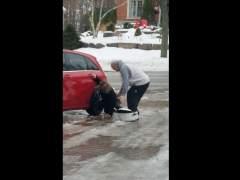 La risa más hilarante de la red: la de una madre canadiense al ver cómo resbala su hija en el hielo