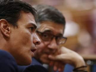 Pedro Sánchez con Patxi López en el debate de investidura