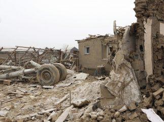 Al menos 37 muertos al caer un avión sobre una zona de casas y destruir 15 en Kirguizistán