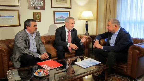 Reunión del PSOE (Tovar y Navarro) con el presidente del Scrats, Lucas Jiménez