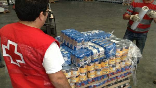 Programa de ayuda alimentaria por un voluntario de Cruz Roja