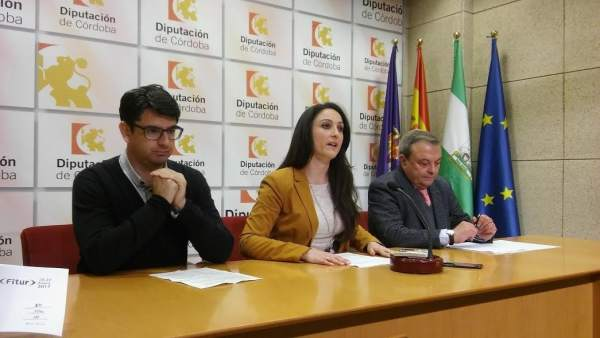Gómez, entre García (izda.) y Alcalde, durante la presentación del programa