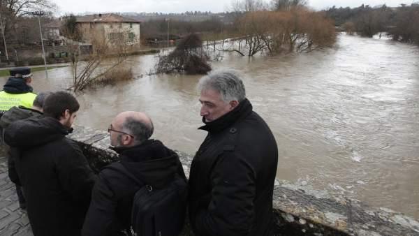 El alcalde de Pamplona ha visitado la zona inundada de Pamplona.