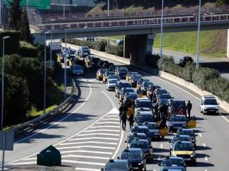 La protesta de taxistas provoca hasta 17 kilómetros de retenciones en Barcelona